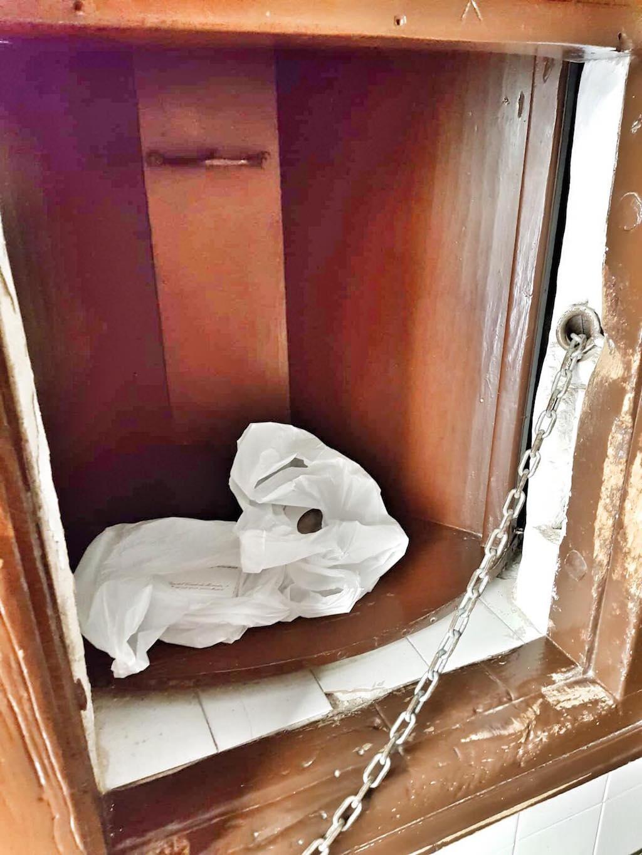 Drehtür mit Gebäck im Kloster