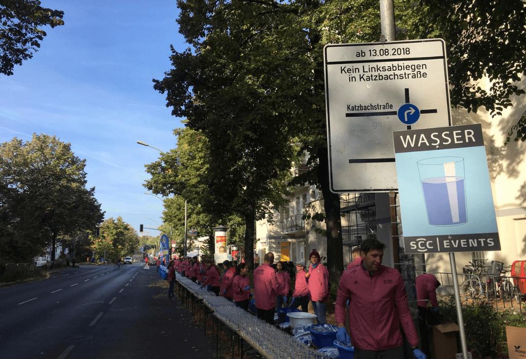Freiwillige Helfer am Wasserstand beim Berlin Marathon