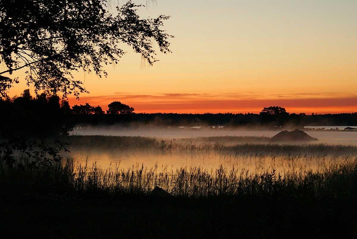 Sonnenaufgang am See Åsnen in Südschweden