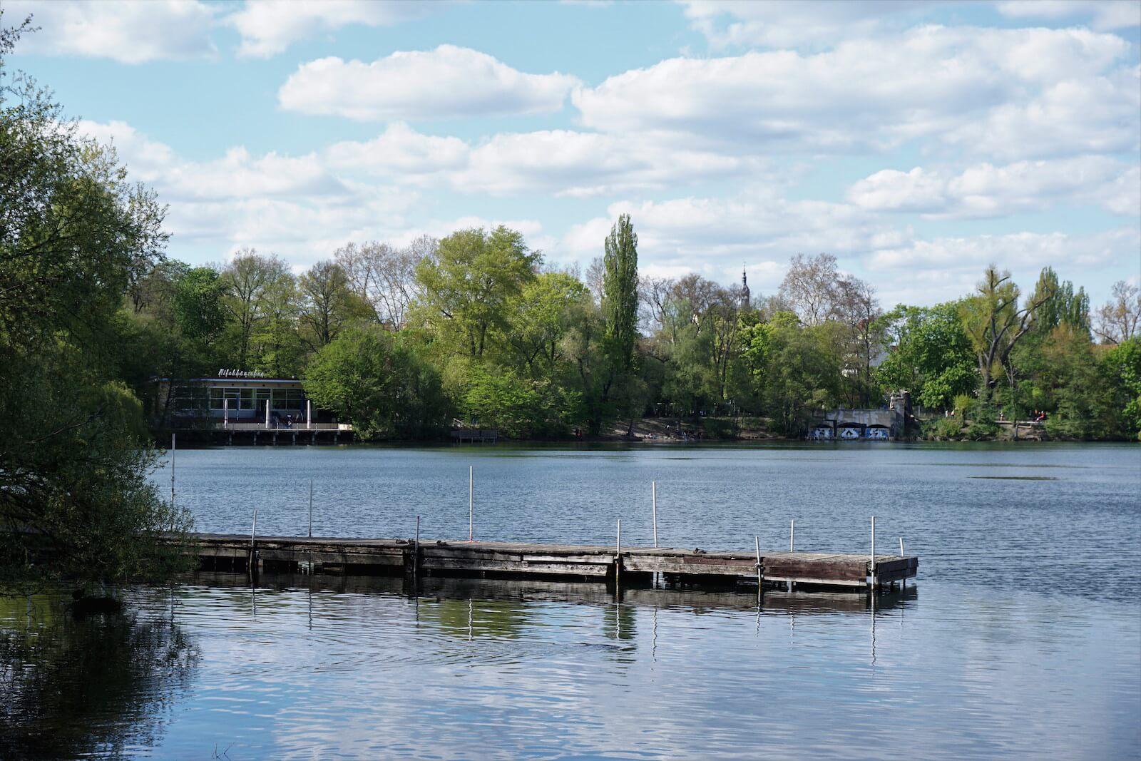 Der Weiße See mit dem Milchhäuschen im Hintergrund.