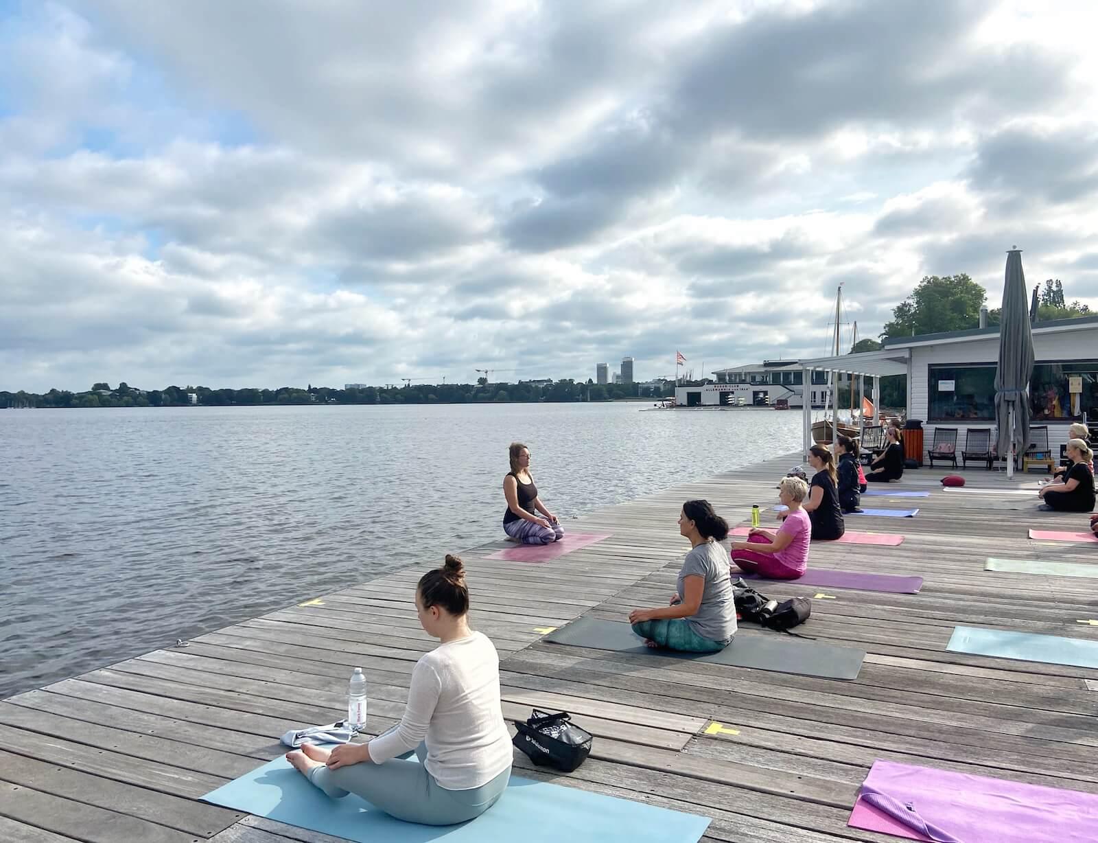 hamburg yoga an der alster mit wasserblick
