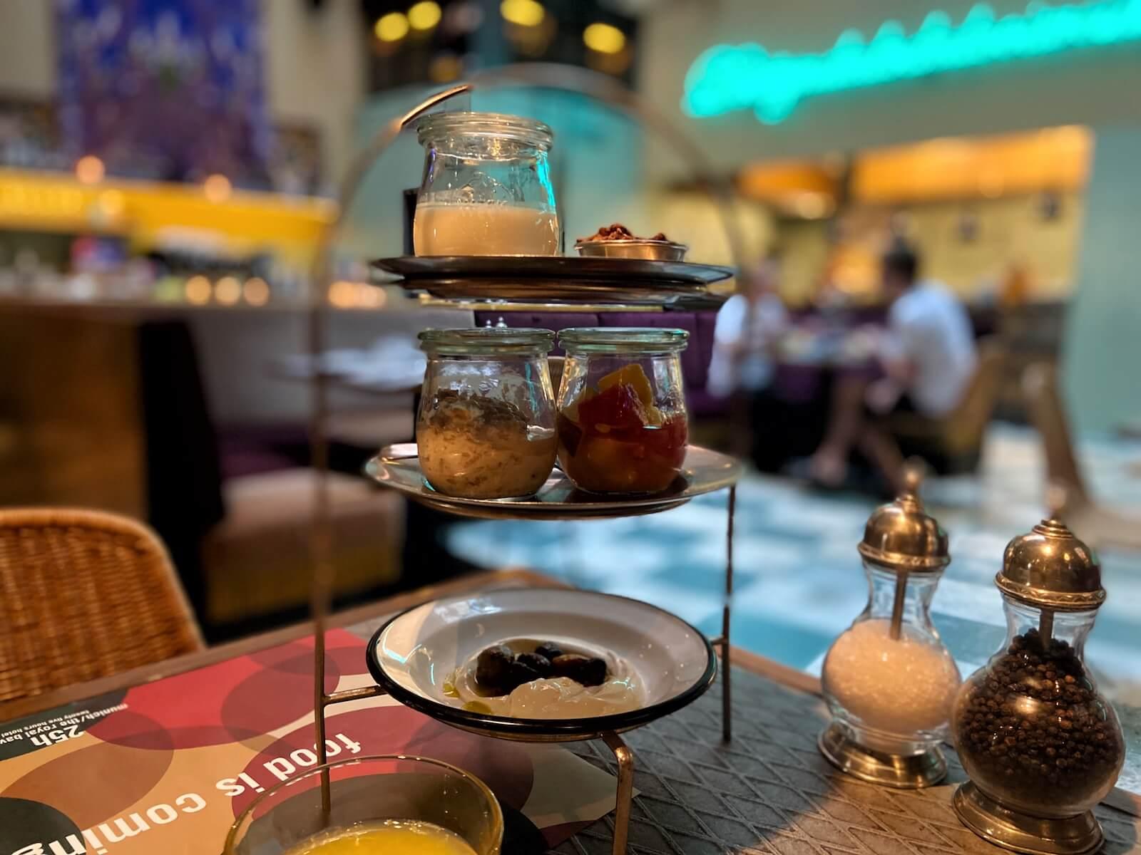Die Frühstücks-Etagère im 25hours Hotel München