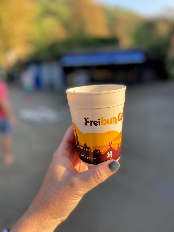 """Im Café Marcel im Stadtgarten gibt's Kaffee im Pfandbecher """"Freiburg-Cup"""""""