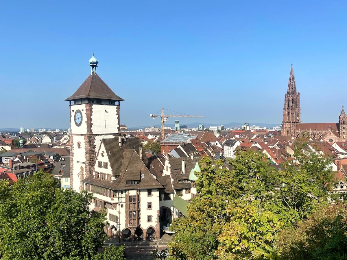 Schon beim Hochlaufen auf den Schlossberg hat man grandiose Ausblicke auf Freiburg