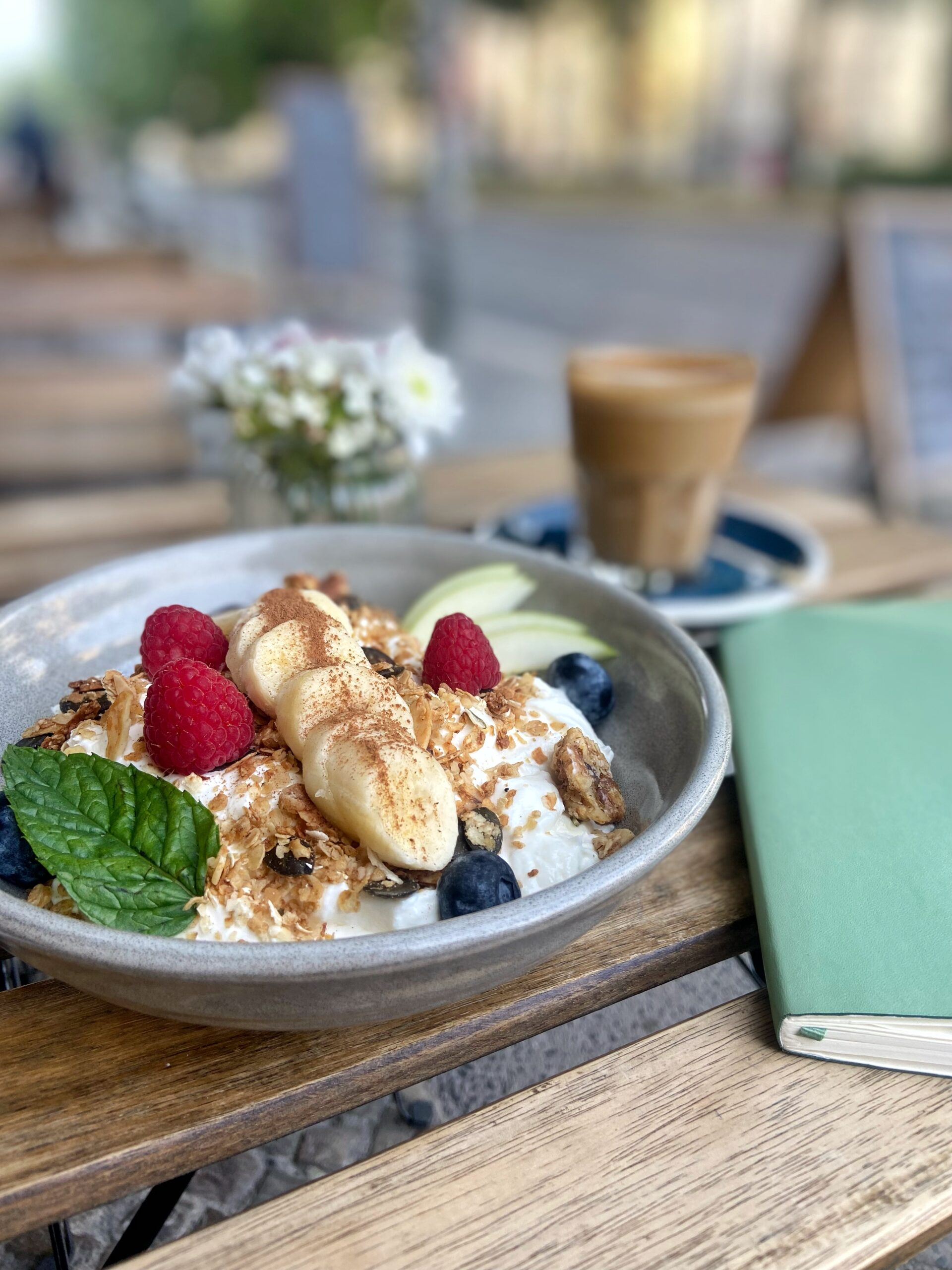 essen friedrichshain frühstücks bowl kala cafe